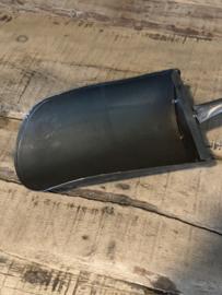 Donkergijze grijsbruine metalen schep gruttersschep lepel landelijk stoer industrieel