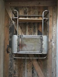 Zeer degelijk metalen met houten wandrek 2 legplank, wandkast wandkastje een kastje met deurtje en 5 haken  handdoekenrek schap kapstok landelijk industrieel