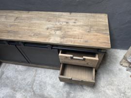 Stoer industrieel landelijk televisiemeubel televisiekast kast dressoir schuifdeuren lades schuifdeurtjes sidetable sideboard metaal hout vergrijsd