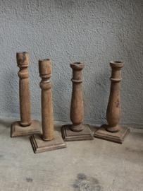 Oude vergrijsd houten kandelaar tafelkandelaar baluster dinerkaars balluster smal smalle  kandelaar hout vintage industrieel stoer ruw sober landelijk sober oude