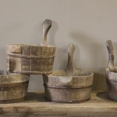 Prachtige oude kleine ronde saunabad met handvat hengsel vergrijsd hout olijfbak houten schaal bak kaasmal kaasbak landelijk olijfbak