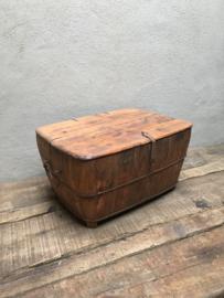 Oud houten olijfbak bak schaal koffert rommel mand met deksel klep landelijk stoer industrieel vintage stoer hout metalen beslag