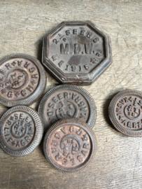 Oude ijzeren gewichten gewicht metaal industrieel kandelaar onderzetter kg kilo vintage landelijk bruin