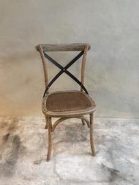 Vergrijsd houten stoel stoeltjes stoelen kruisrug eetkamerstoelen metaal beslag rotan ratan rieten zitting country landelijk stoer