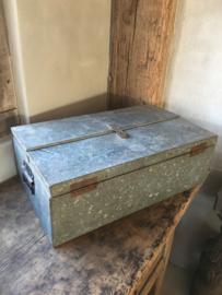 Oude metalen ijzeren koffer kist gereedschapskist gereedschapskoffer zink grijsbruin zwart suitecase industrieel landelijk kist vintage retro