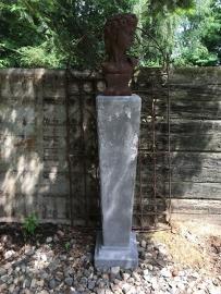 Hoge betonnen sokkel zuil kolom pilaar baluster pilaster colom beton
