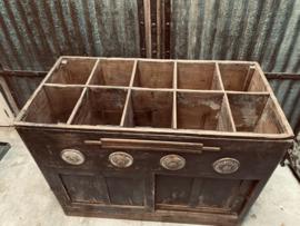 Prachtige oude antieke verweerde sleetse houten kast met vakken 121 X 60 x 92 cm landelijk balie desk toonbank winkelkast grutterskast Gruttersbak vakkenkast vakken stoer industrieel vintage toonbank balie winkelkast keukenkast kookeiland keukeneiland