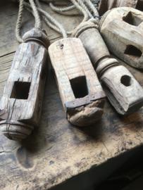 Oude vergrijsd houten klos klosje aan grof jute touw oude klossen hout landelijk stoer