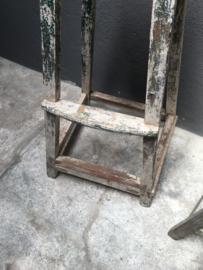 Grote oude hoge houten kruk geverfd barkruk Tafel tafeltje bijzettafeltje vintage landelijk brocant industrieel
