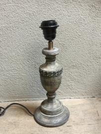 Vergrijsd houten lampje lamp tafellampje bedlampje landelijk grijs hout lampevoetje