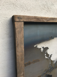 Stoer groot Wandpaneel wanddecoratie wandornament metalen landkaart wereldkaart in oude vergrijsd houten lijst landelijk industrieel stoer