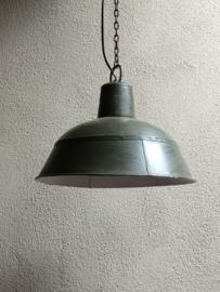 Industriële vintage retro hanglamp fabriekslamp legergroen khaki groen groene lampekap met wit metaal