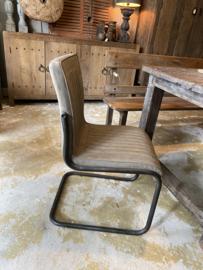 Stoere leren stoel met ijzeren frame