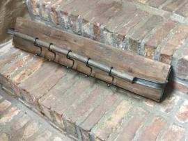 Stoere vergrijsd houten kapstok wandrek wandplank wandkapstok stang rail landelijk stoer industrieel vergrijsd hout metaal haken