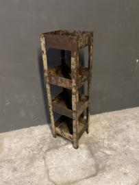 Oud metalen rek Vakkenkast gruttersbak metaal keukenrek winkelkast etagere landelijk vintage industrieel metalen plantenrek madras
