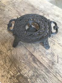Gietijzeren stove warmhoudplaat theelichtje rechaud onderzetter zwart bric-à-brac brocant landelijk bruin