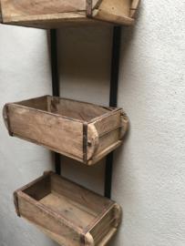 Stoer oud houten Wandrek schap brickmal hangkastje wandkastje Baksteenmal baksteenmallen rek landelijk stoer hout metalen beslag industrieel vintage urban