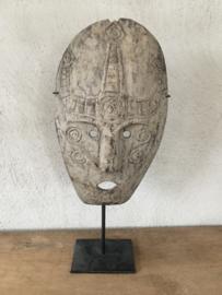 Prachtig vergrijsd houten masker op statief standaard hout kop hoofd landelijk stoer robuust industriële zwart metalen voet