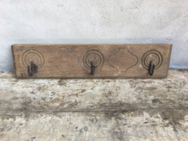 Oud houten kapstok haak wandkapstok bewerkt Mandela houtsnijwerk landelijk hout industrieel India stoer