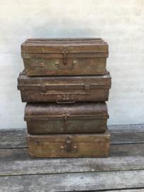 Oude metalen ijzeren koffer suitecase industrieel opbergruimte landelijk kist vintage retro