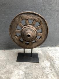 Oud vergrijsd houten wiel op voet met metalen beslag roest landelijk stoer robuust industrieel