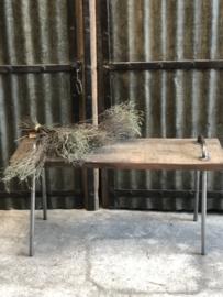 Oud vergrijsd houten bankje met metalen grepen Stoer landelijk Oud Industrieel bankje