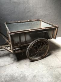 Orginele oude metalen transportfiets bakfiets ( riksja ) reclame decoratie uniek item industrieel vintage grijs bruin zwart metaal