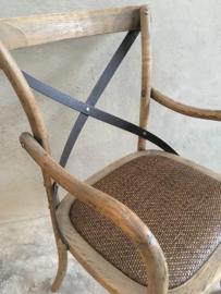 Vergrijsd houten stoel stoeltjes stoelen met armleuning armleuningen metaal beslag rotan ratan rieten zitting country landelijk stoer