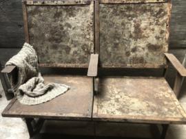 Stoer oud metalen Bankje bank ijzer 2-zits landelijk industrieel urban grijsbruin