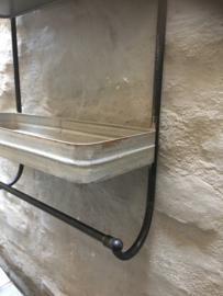 Industrieel (zink zinken?) metalen wandrek grijs zwart handdoekenrek stang kapstok schap planken