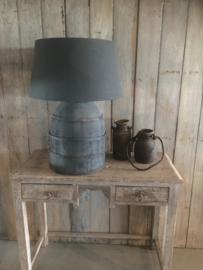 Stoere grote landelijke vergrijsd houten  kruiklamp lamp landelijk grijs mat zwart met metalen beslag frezoli tierlantijn