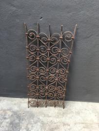 Oud antiek metalen rekje rek hekje hek paneel paneeltje ijzer metaal stoer sober grijsbruin industrieel landelijk