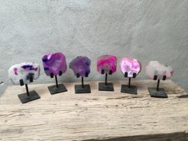 Prachtige agaat steen in standaard om wat kleur in uw interieur te krijgen