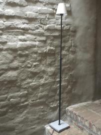 Tierlantijn vloerlamp hard stone lood grijs kleur staande lamp lampje hardsteen voetje landelijk industrieel stoer