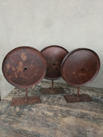 Oud metalen wiel op statief wieltje rond ornament roestbruin ornament op voetje industrieel stoer vintage landelijk