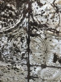 Prachtig groot antiek oud metalen paneel 130 x 130 cm Wandpaneel wandornament wanddecoratie metaal  ijzer en houten lijst wit grijs