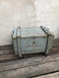 Stoere oud grijs vergrijsd houten kist dekenkist tafel tafeltje salontafel bijzettafel met oud metalen beslag op wielen bruidskist industrieel sober landelijk naturel vintage kist kistje metaal roestbruin industrieel salontafel bijzettafel op wielen
