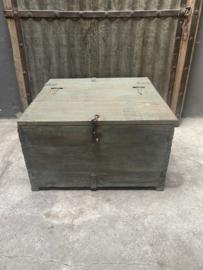 Oude houten kist dekenkist leger army munitiekist salontafel bijzettafel landelijk stoer robuust industrieel met blauwe/groene verfresten