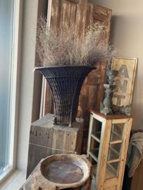 Prachtige grote oude rieten plukmand mand zwart grijs landelijk stoer sober