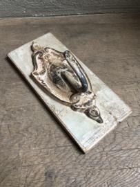 Kapstokhaak wandhaak op oud houten plankje wandplankje haak landelijk shabby chique Brocant