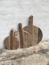 Oude vergrijsd houten plank rond ronde groot jute touw koord snijplank broodplank kaasplank landelijk railway