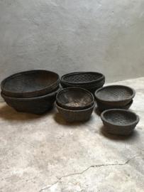 Oude zwart grijze Leemmand mand rieten schaal medium middel bak landelijk grof stoer
