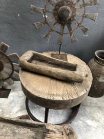 Prachtige oude doorleefde tafeltjes tafeltje kruk rond oud vergrijsd hout met metalen onderstel klein