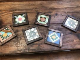 Leuke gekleurde oude tegeltjes in houten lijstje vintage 19 x 17 cm wandpaneel wanddecoratie