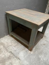 Oud houten tafel met ijzeren onderblad werkbank hakblok keukeneiland sidetable werktafel keukentafel winkeltafel landelijk industrieel vintage stoer urban hout Turkoise