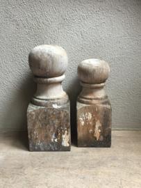 Oude vergrijsd houten ornament ornamenten kegel kegels baluster balusters landelijk stoer hout