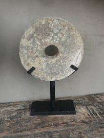 Oude ronde molensteen ornament rond  op standaard stone zandstenen grinder landelijk stoer industrieel