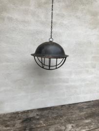 Oude metalen leger army helm omgebouwd tot lamp inclusief nieuwe bedrading hanglamp industrieel vintage landelijk stoer metaal metalen  met korf incl ketting lamp hanglamp lamp