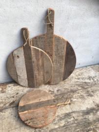 Oude vergrijsd houten plank rond ronde klein jute touw koord snijplank broodplank kaasplank landelijk railway