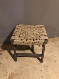 Stoer landelijk grijs antraciet houten kruk krukje met jure touw zitting landelijk vintage stoer sober 40 x 40 x H42 cm